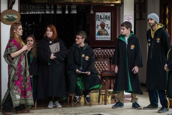 Los alumnos toman clases de Pociones y Elixires, Hechicería o Historia Mágica. Foto: AFP