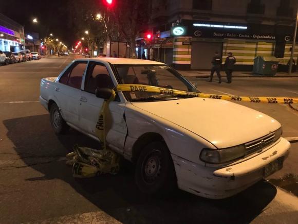 El auto robado en el que iban los delincuentes que intercambiaron balazos con la Policía. Foto: P. Melgar