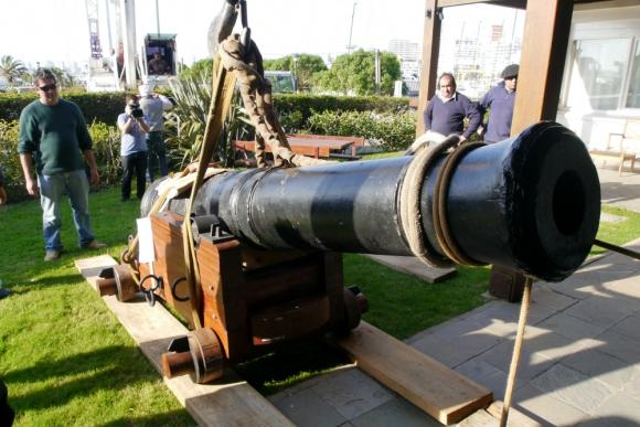 Pieza de artillería: mide 3,31 metros de largo por 0,57 metros de ancho y tiene un calibre de 24 libras. Foto: R. Figueredo