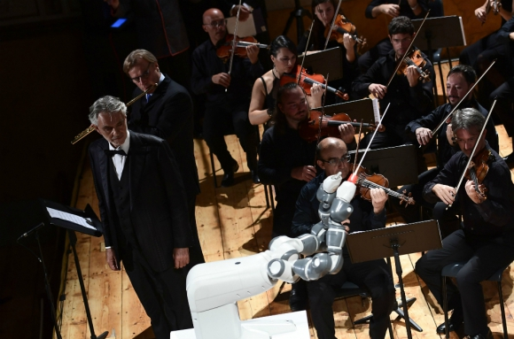 Bocelli dirigido por YuMi en el Festival Internacional de la Robótica de Pisa. Foto: AFP.