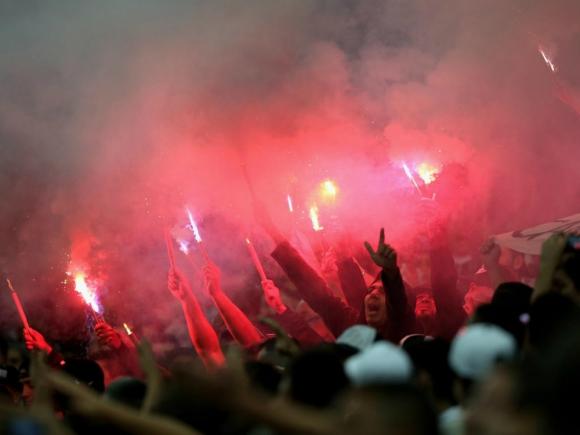 Hinchas del Konyaspor encendiendo bengalas