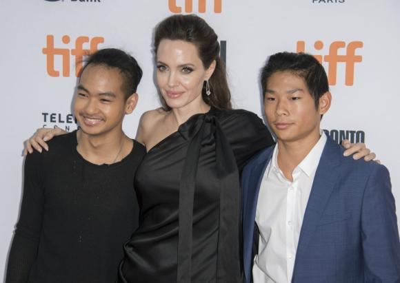 Angelina Jolie con sus hijos Maddox y Pax