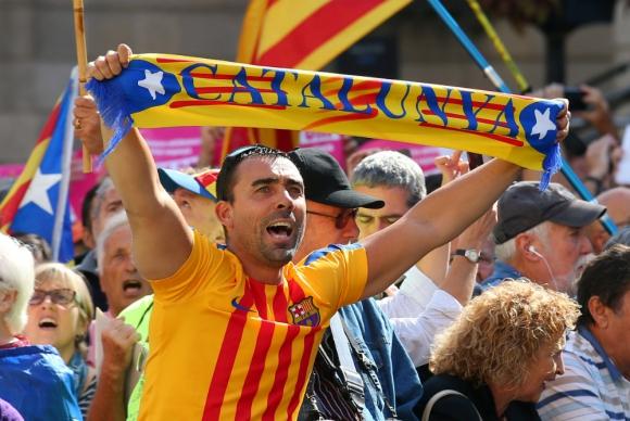 Un catalán acude a la manifestación con una camiseta estelada del club Barcelona. Foto: Reuters.