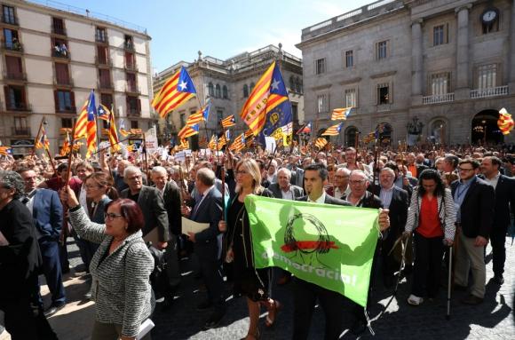 Los alcaldes prorreferéndum marchan por las calles de Barcelona. Foto: AFP.