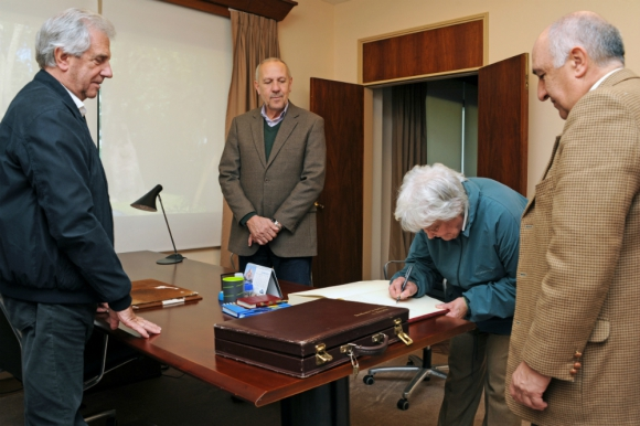 Topolansky firma el trámite de traspaso del mando presidencial. Foto: Presidencia.