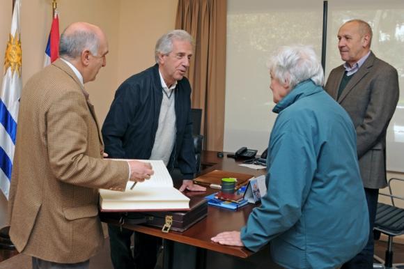 Topolansky y Vázquez conversan durante la firma del traspaso. Foto: Presidencia.