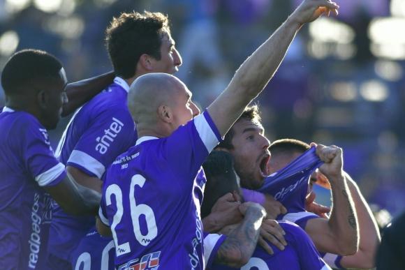 El festejo de todo Defensor Sporting con el gol de Gonzalo Maulella. Foto: Fernando Ponzetto