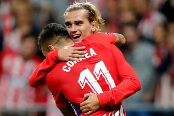 Antoine Griezman abraza a Ángel Correa