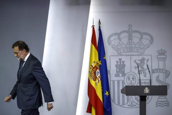 Rajoy se retira luego de informar a los medios sobre Cataluña. Foto: EFE