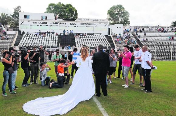 La fanática de Danubio se casó en la previa del partido ante Cerro Largo. Foto: AFP