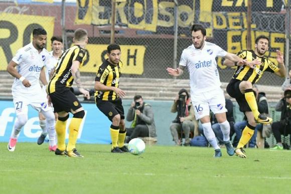 Sebastián Rodríguez y Guillermo Varela en busca del balón. Foto: Francisco Flores