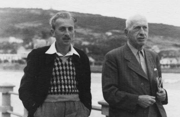 Hans camina con su padre por la rambla de Piriápolis. Foto: Archivo Diego Fischer