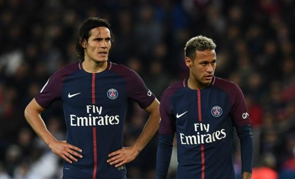 Edinson Cavani y Neymar frente al balón en el partido del PSG. Foto: AFP