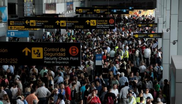 En el aeropuerto se registraron momentos de caos y la seguridad tuvo que ser reforzada. Foto: Reuters