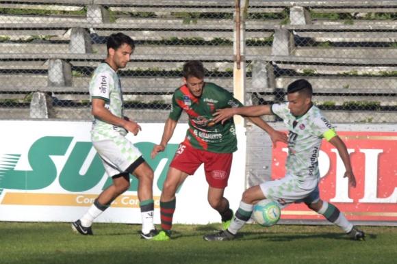 Diego Gurri escapándose de Ademar Martínez y Juan Pablo Fagúndez. Foto: Francisco Flores