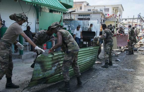 Se aceleran las tareas para protegerse del huracán María. Foto: AFP