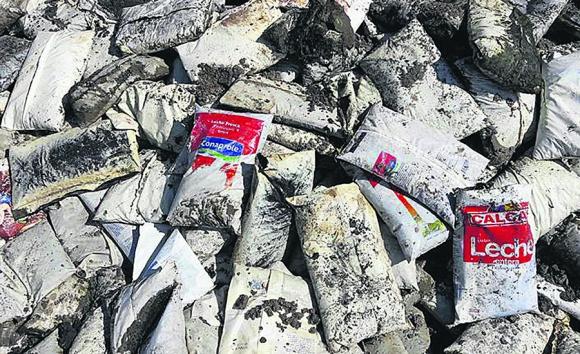 Encontraron que muchas bolsas tenían un orificio en la punta. Foto: Coendú