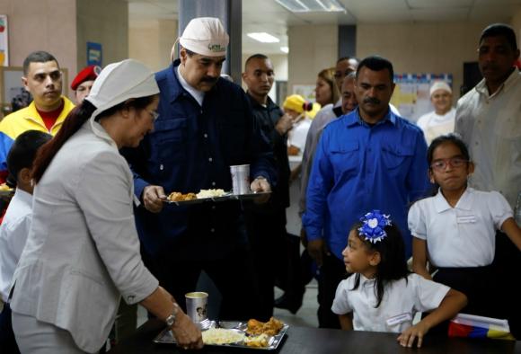Nicolás Maduro entrega comida en una escuela de Caracas. Foto: Reuters.