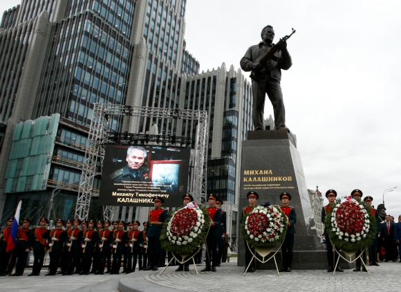 El ejército ruso en formación durante el homenaje a Kalashnikov. Foto: Reuters.