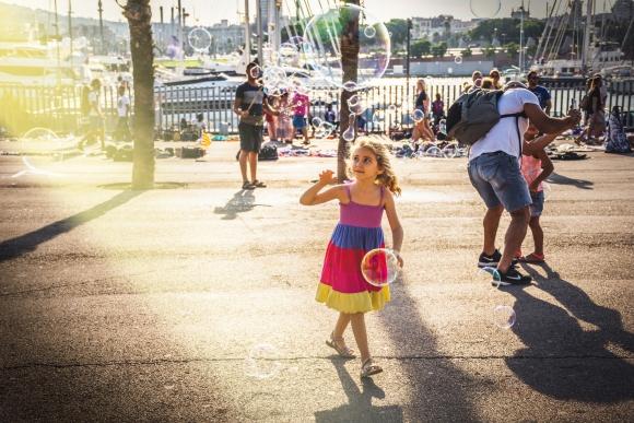 niña con burbuja en Barcelona