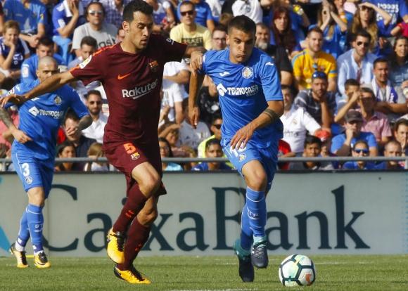 Sergio Busquets le intenta sacar el balón a Mauro Arambarri en el Getafe-Barcelona. Foto: EFE