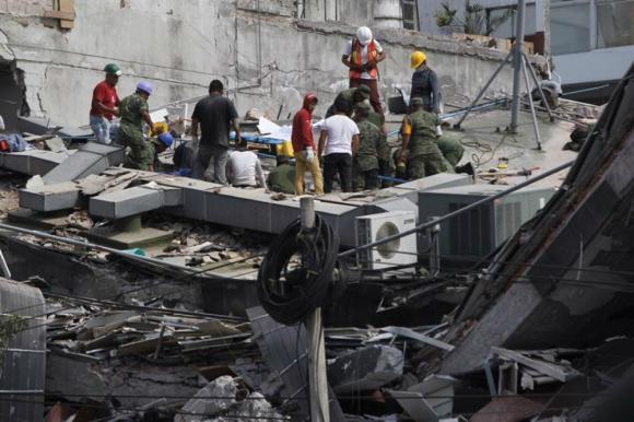 Cientos de mexicanos intentan rescatar a personas con vida de los edificios colapsados. Foto: EFE