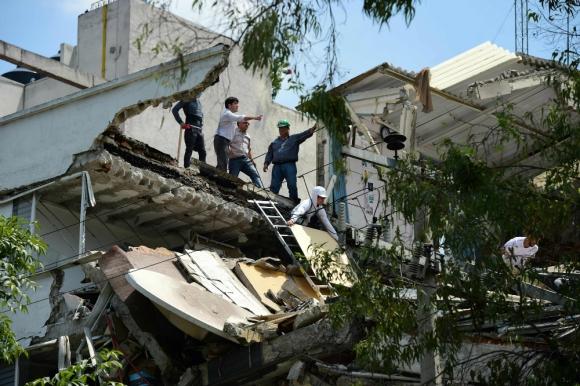Las autoridades pidieron a la población no regresar a sus casas hasta que sean revisadas. Foto: AFP
