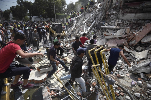 Miles de rescatistas, soldados y bomberos a pico y pala buscan salvar a los atrapados. Foto: AFP