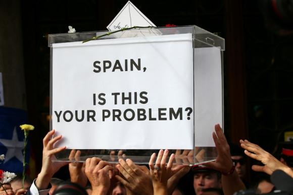 Manifestación prorreferéndum frente al Ministerio de Economía catalán. Foto: Reuters.