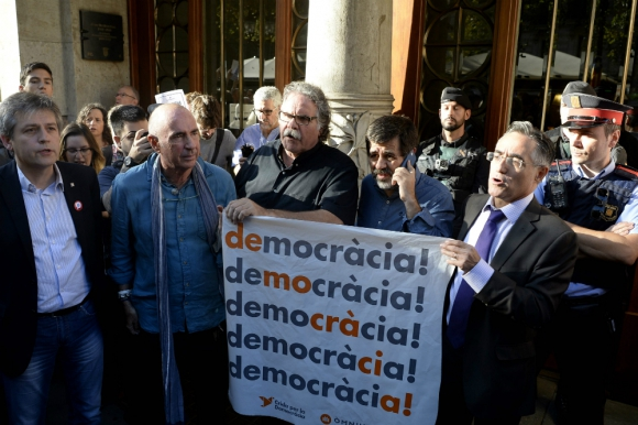 El diputado Joan Tarda y el miembro del parlamento europeo Ramón Tremosa en la protesta. Foto: AFP.