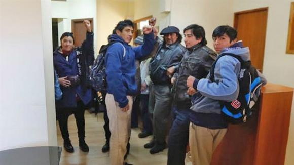 Mapuche ocupa el juzgado de Esquel. Foto: La Nación.