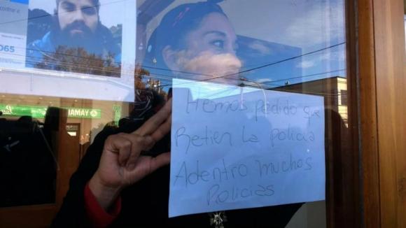 Una joven mapuche pide que los policías se retiren del juzgado. Foto: La Nación.
