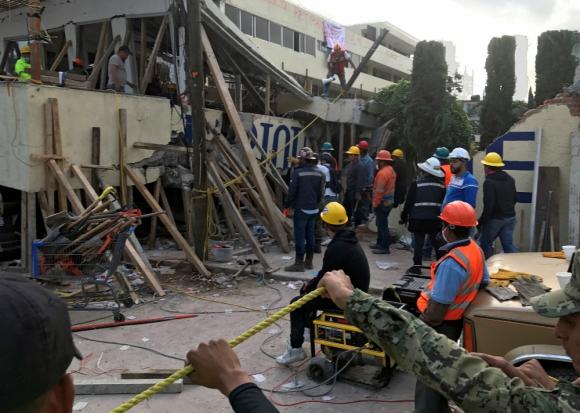 Rescatistas buscan entre los escombros del colegio Enrique Rébsamen. Foto: Reuters