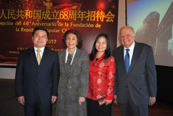 Embajador de China Dong Xiaojun, Laila Sfeir, Xia Zhishun, Enrique Iglesias.