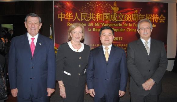 Rodolfo Nin Novoa, María Julia Muñoz, Embajador de China Dong Xiaojun, Jorge Menéndez.