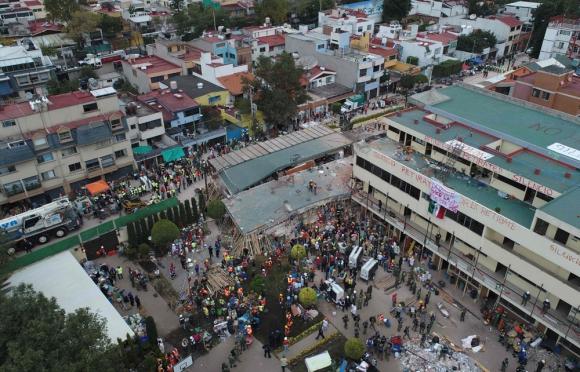 La escena desoladora en la escuela Enrique Rebsamen, donde murieron 21 niños. Foto: AFP