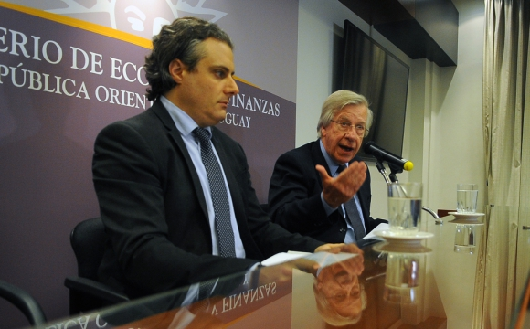 Herman Kamil, director de la Unidad de Gestión de Deuda, junto al ministro Astori. Foto: F. Ponzetto