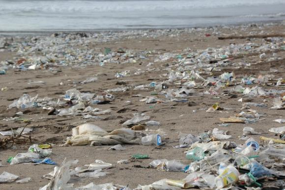 Gran parte del agua que bebemos en todas partes contiene trazas de plástico. Foto: Pixabay