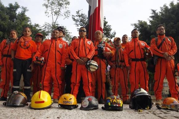"""Rescatistas conocidos como """"Los Topos"""". Foto: EFE"""