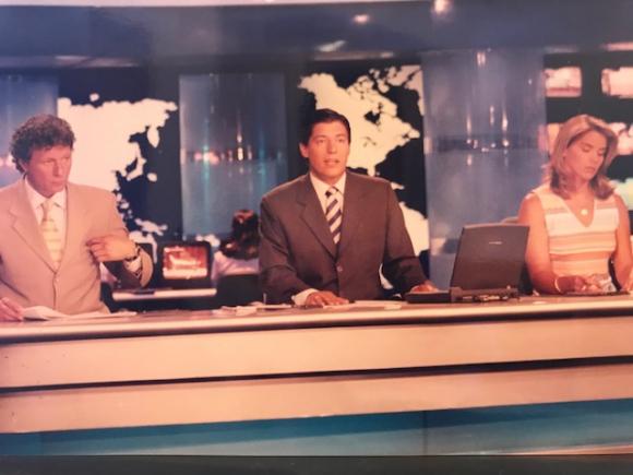 Aldo Silva en su debut en la conducción de Telemundo Central en enero de 2003, junto a Alberto Kesman y Laura Daners.