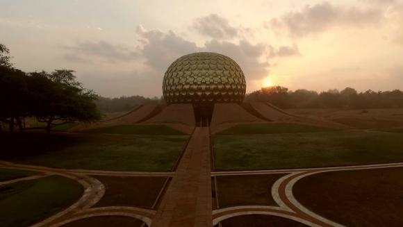 La población de Auroville ronda las 2.400 personas, procedentes de unos 50 países. Foto: Vimeo