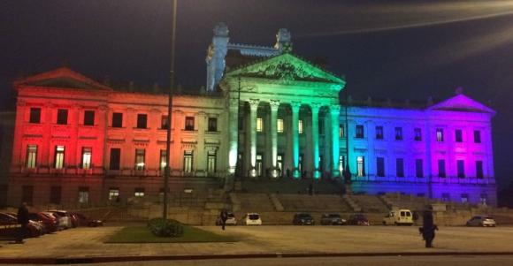 Arco Iris: intervención en defensa de la Diversidad Sexual. Foto: @DiputadosUY