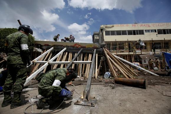Los expertos revisan viviendas para saber si sus habitantes pueden retornar. Foto: Reuters