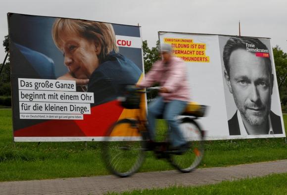 La publicidad electoral de Angela Merkel y de Christian Lindner, líder del Partido Demócrata Libre, en la ciudad de Ribnitz-Damgarten. Foto: Reuters