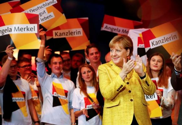Angela Merkel responde al apoyo de los militantes en un encuentro realizado en Berlín. Foto: Reuters