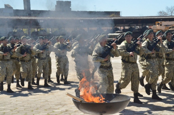 utoridades y militares participaron en Durazno de la incineración de siete pabellones patrios que estaban en desuso.