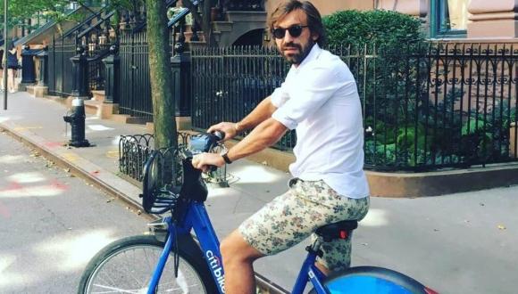 Andrea Pirlo en bicicleta por las calles de Nueva York. Foto: @andreapirlo21
