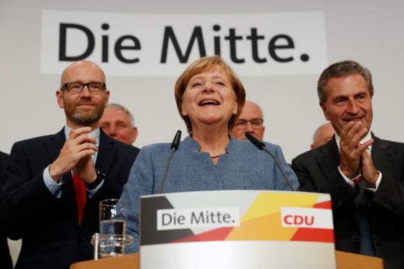 Merkel, que obtuvo el nivel más bajo de su partido, agredece a sus partidarios. Foto: AFP