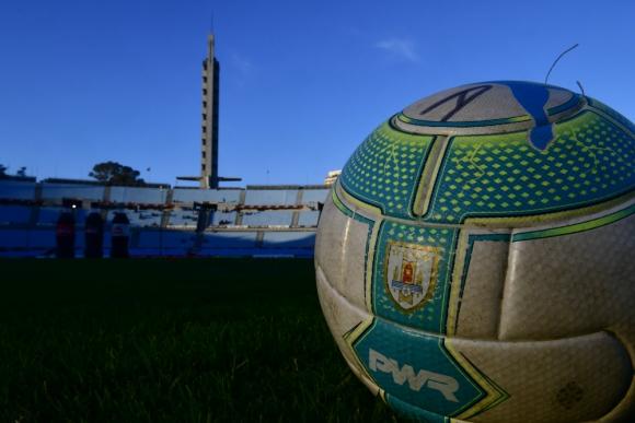 Pelota de fútbol en el Estadio Centenario. Foto: Fernando Ponzetto