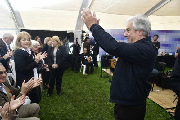 El presidente Vázquez fue muy bien recibido por los habitantes de 19 de abril. Foto: Fernando Ponzetto